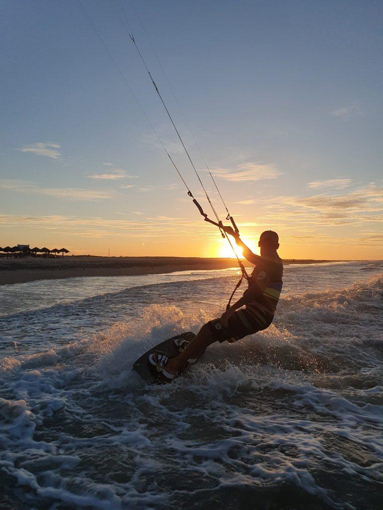 Kitesurfeur coucher de soleil Paracuru DOWNWIND KITESURF BRESIL