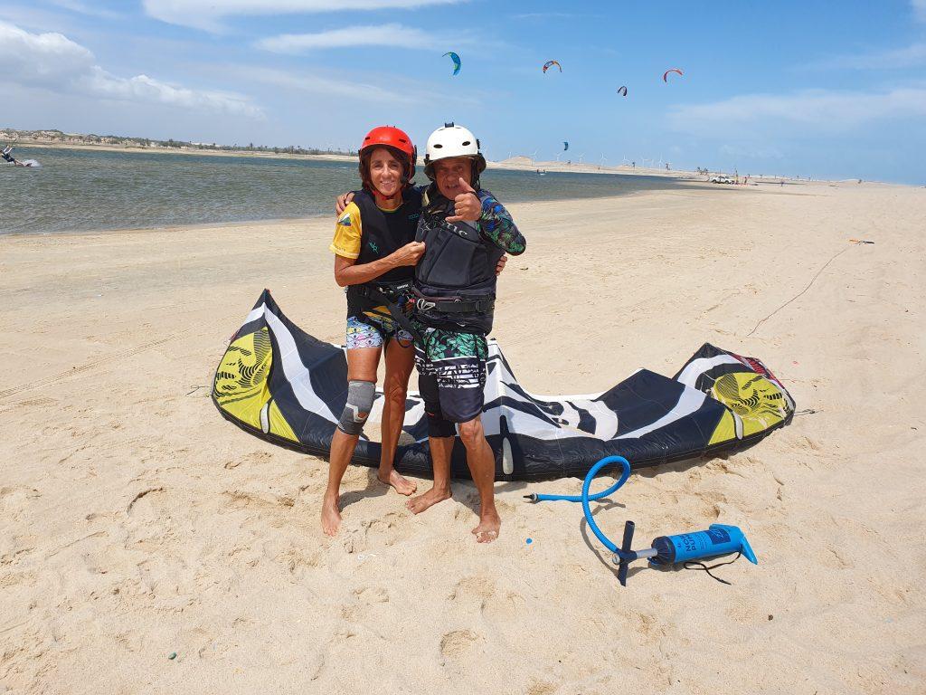 Kitesurfeur Brasildownwind pose près du 4x4 assistance